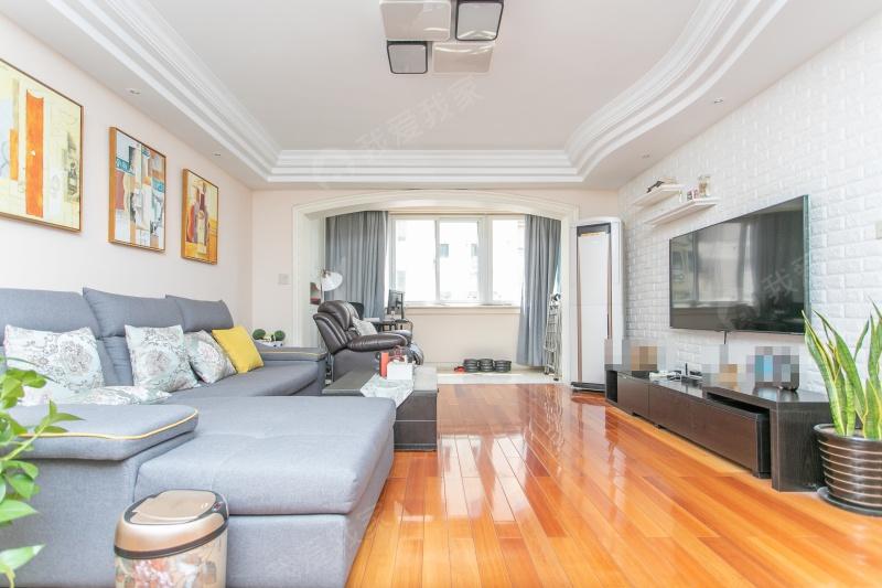 诚心出售,超大2房自住精装修,全明户型,楼层好,采光好随时看