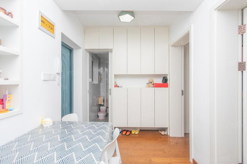 装修不到一年房东诚心出售 可以拎包入住的 位置好